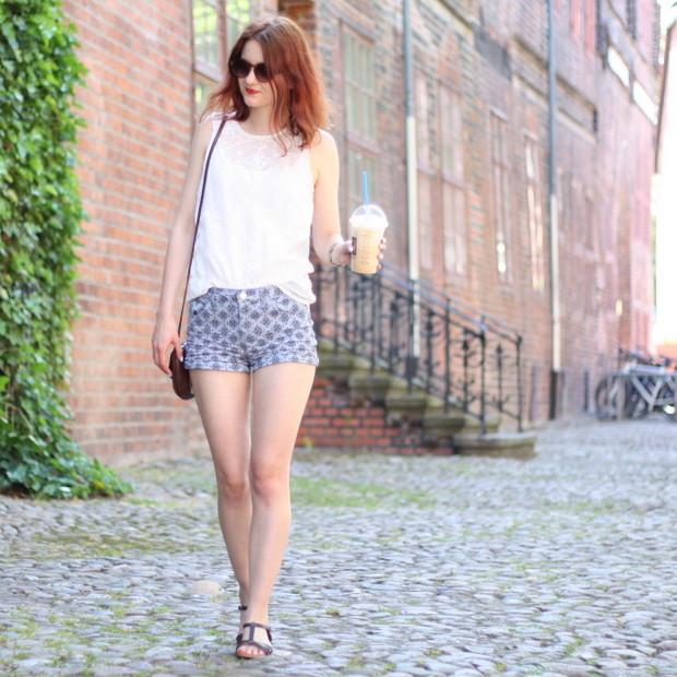 1_sommeroutfit_orientalisch gemustere Shorts weiße Bluse