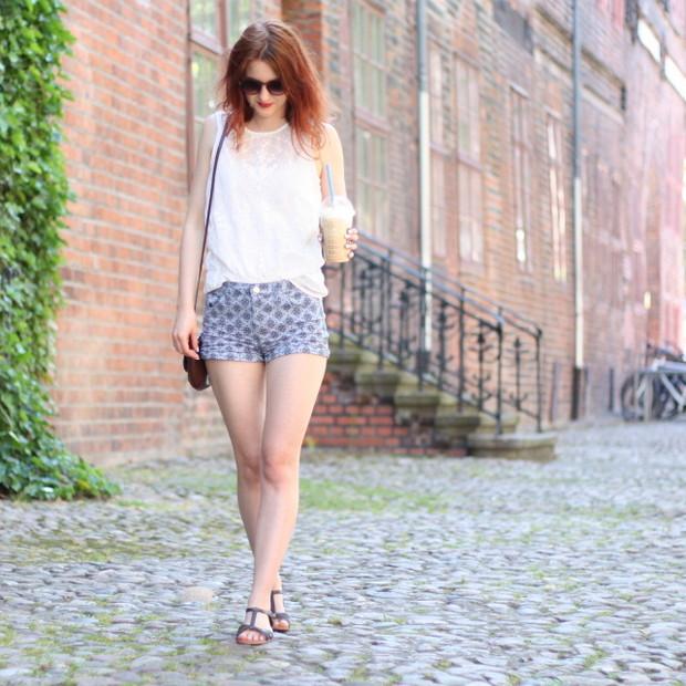 2_sommeroutfit_orientalisch gemustere Shorts weiße Bluse
