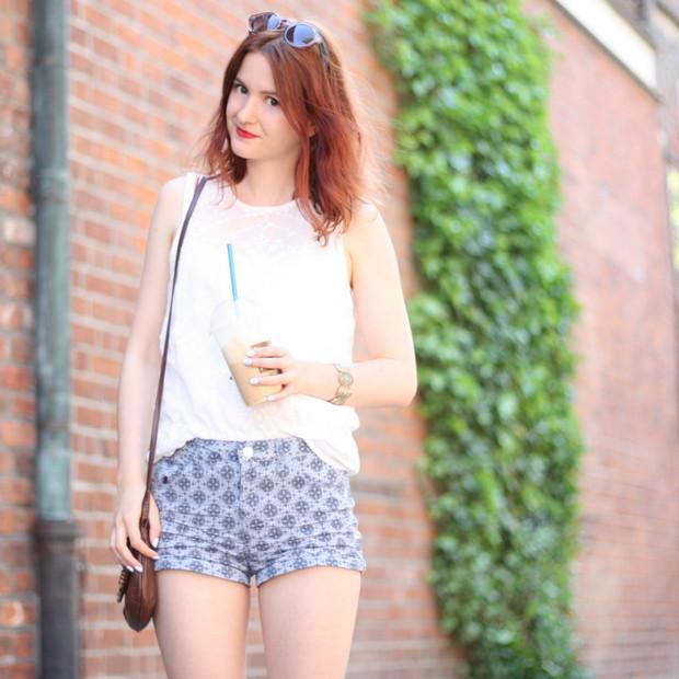 3_sommeroutfit_orientalisch gemustere Shorts weiße Bluse
