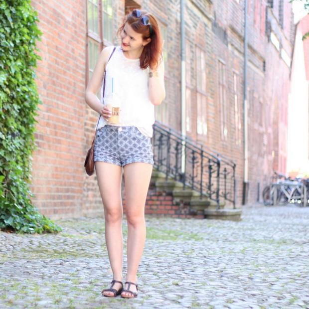 4_sommeroutfit_orientalisch gemustere Shorts weiße Bluse