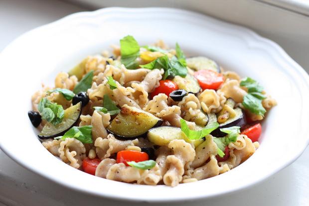 """Dinkelnudeln """"Aglio e Olio"""" mit Aubergine, schwarzen Oliven, frischen Tomaten, Pinienkernen und Basilikumblättern (vegan)"""