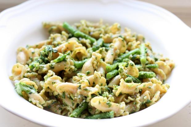 Dinkelnudeln in einem veganen Basilikumpesto mit grünen Bohnen