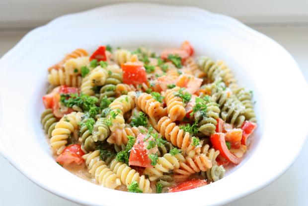 Fusilli tricolore in einer Sahnesauce mit Paprika, Tomaten und Pinienkernen