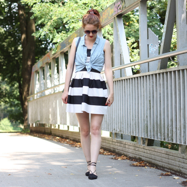 Outfit_gestreiftes Kleid Jeanshemd Lace up flats