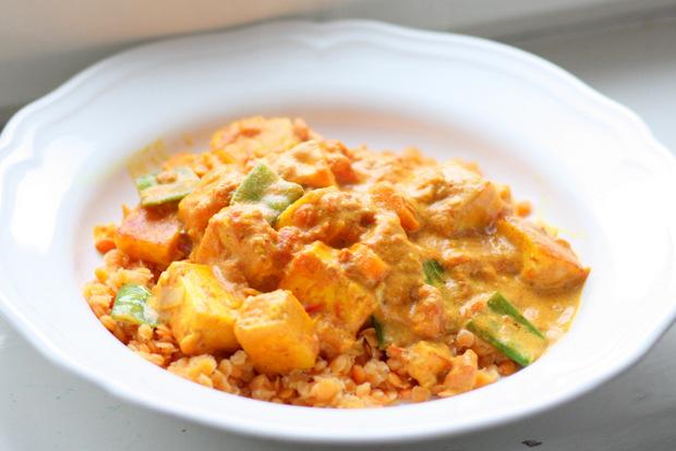 Rote Linsen in einer Curry-Tomaten-Soße mit indischem Paneer, Möhren, Zuckerschoten, Chilli, Zwiebeln und Knoblauch