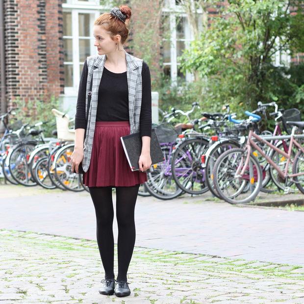 Modeblog_Outfit_back to school_Faltenrock_lange Weste_Budapester_New Look (2)