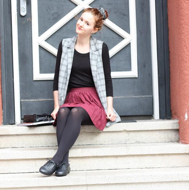 Modeblog_Outfit_back to school_Faltenrock_lange Weste_Budapester_New Look (5)