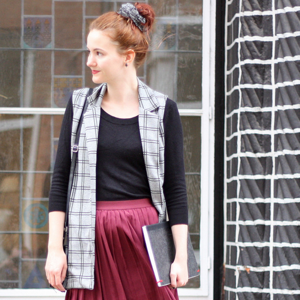 Modeblog_Outfit_back to school_Faltenrock_lange Weste_Budapester_New Look