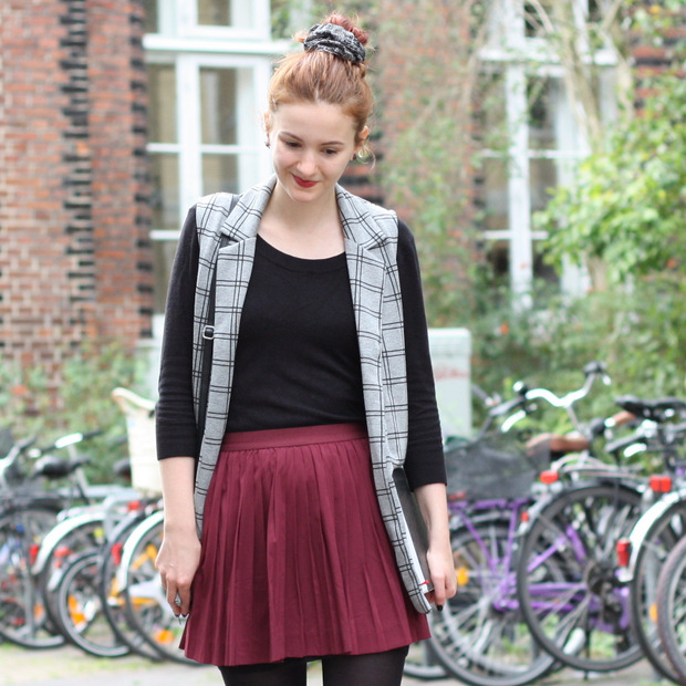 Modeblog_Outfit_back to school_Faltenrock_lange Weste_scrunchy_Budapester_New Look (3)