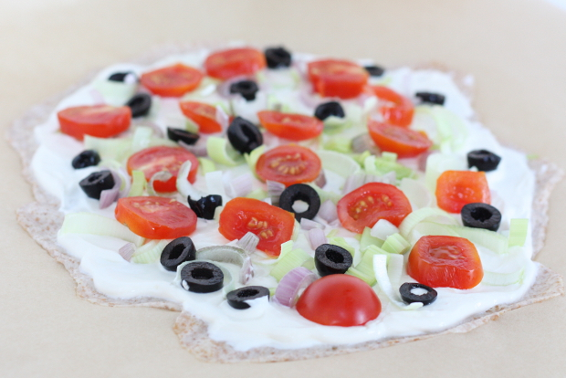3_Flammkuchen aus Dinkelmehl mit Schmand, Schalotten, Oliven und Tomaten