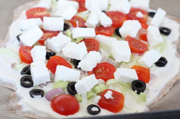 4_Flammkuchen aus Dinkelmehl mit Schmand, Schalotten, Oliven .Tomaten und Feta_ungebacken