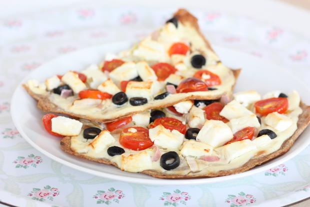 5_Flammkuchen aus Dinkelmehl mit Schmand, Schalotten, Oliven .Tomaten und Feta (2)