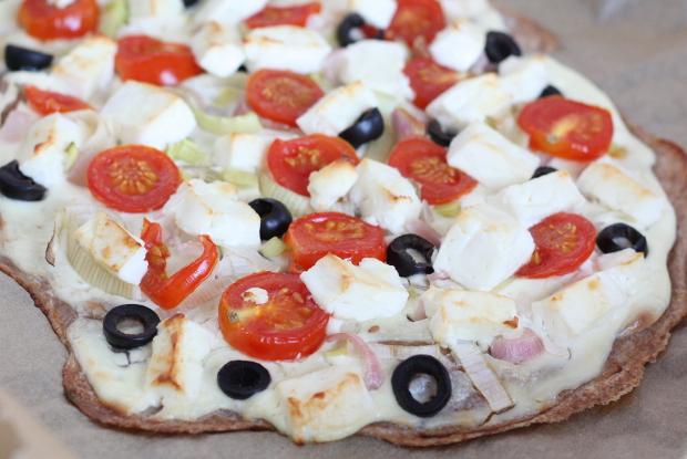 5_Flammkuchen aus Dinkelmehl mit Schmand, Schalotten, Oliven .Tomaten und Feta
