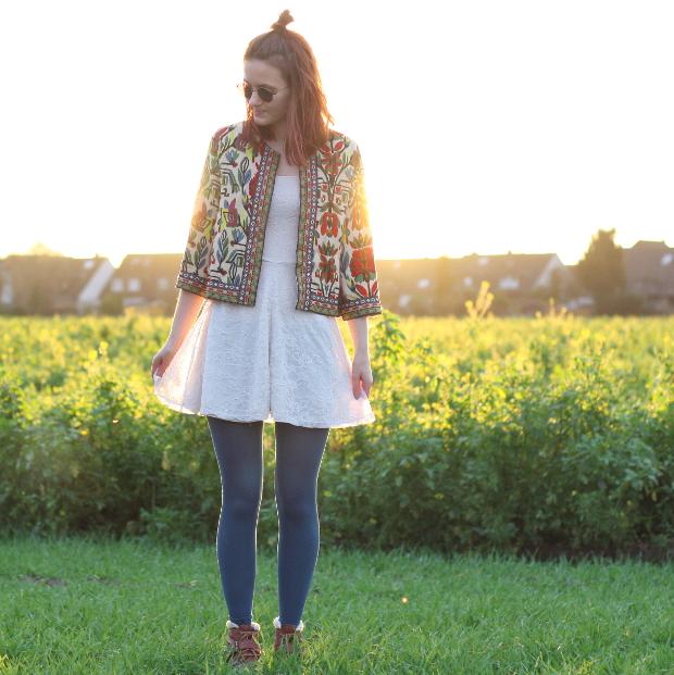 1__modeblog_poetischer blog_outfit_half bun_spitzenkleid_vintage jacke_sonnebrille_retrolondon_sweeney