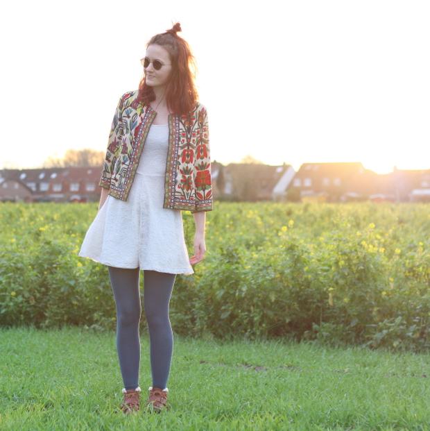 2_modeblog_poetischer blog_outfit_half bun_spitzenkleid_vintage jacke_sonnebrille_retrolondon_sweeney