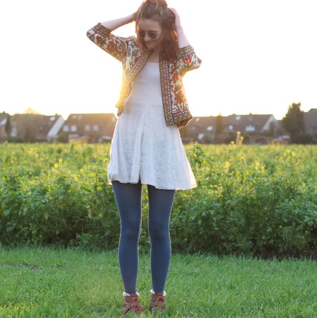 3_modeblog_poetischer blog_outfit_half bun_spitzenkleid_vintage jacke_sonnebrille_retrolondon_sweeney
