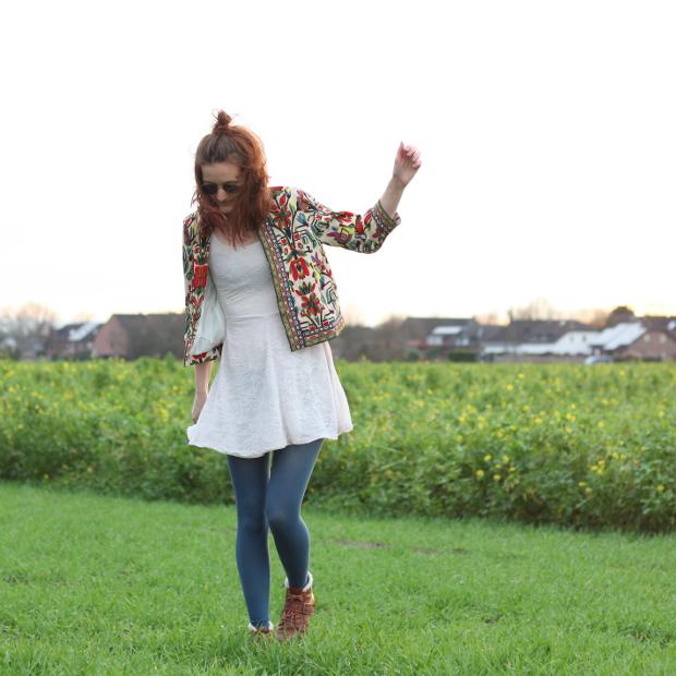 5_modeblog_poetischer blog_outfit_half bun_spitzenkleid_vintage jacke_sonnebrille_retrolondon_sweeney
