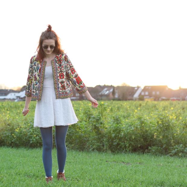 6_modeblog_poetischer blog_outfit_half bun_spitzenkleid_vintage jacke_sonnebrille_retrolondon_sweeney