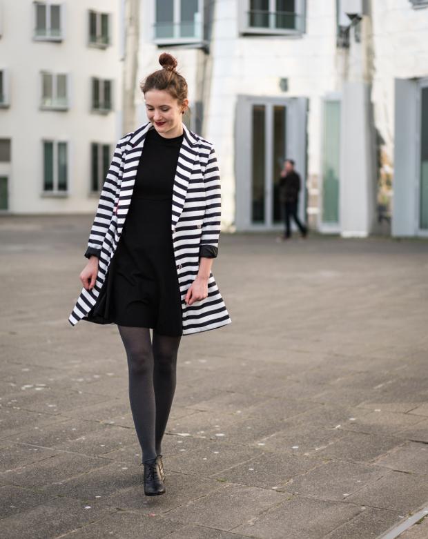 Modeblog_Outfit_gestreifter Mantel_schwarzes Kleid_rote Tasche_17