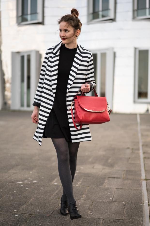 Modeblog_Outfit_gestreifter Mantel_schwarzes Kleid_rote Tasche_18