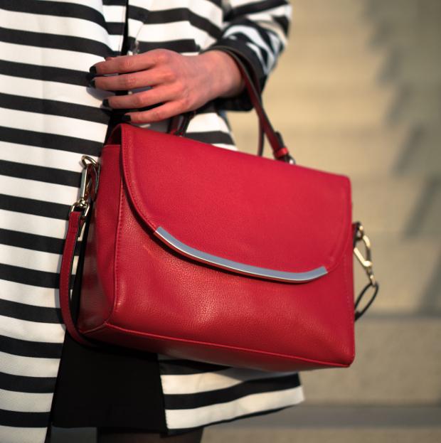 Modeblog_Outfit_gestreifter Mantel_schwarzes Kleid_rote Tasche_19