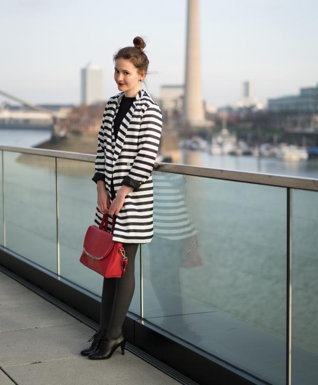 Modeblog_Outfit_gestreifter Mantel_schwarzes Kleid_rote Tasche_20 (2)