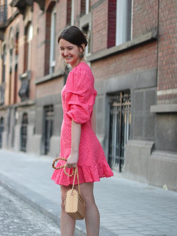 Modeblog_Outfit_Streetstyle_Brüssel_Asymetrisches pinkes Kleid, weiße Turnschuhe , Holztasche, weißer Nagellack von Opy_1