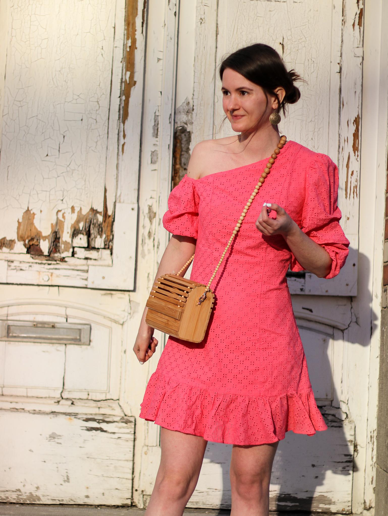 Modeblog_Outfit_Streetstyle_Brüssel_Asymetrisches pinkes Kleid, weiße Turnschuhe , Holztasche, weißer Nagellack von Opy_10