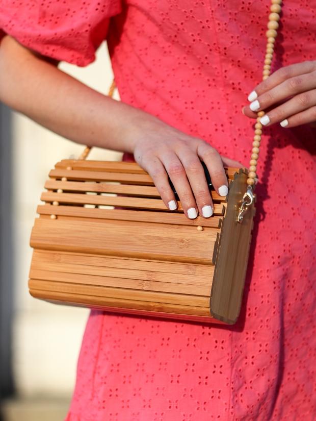 Modeblog_Outfit_Streetstyle_Brüssel_Asymetrisches pinkes Kleid, weiße Turnschuhe , Holztasche, weißer Nagellack von Opy_11