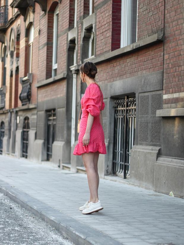 Modeblog_Outfit_Streetstyle_Brüssel_Asymetrisches pinkes Kleid, weiße Turnschuhe , Holztasche, weißer Nagellack von Opy_4