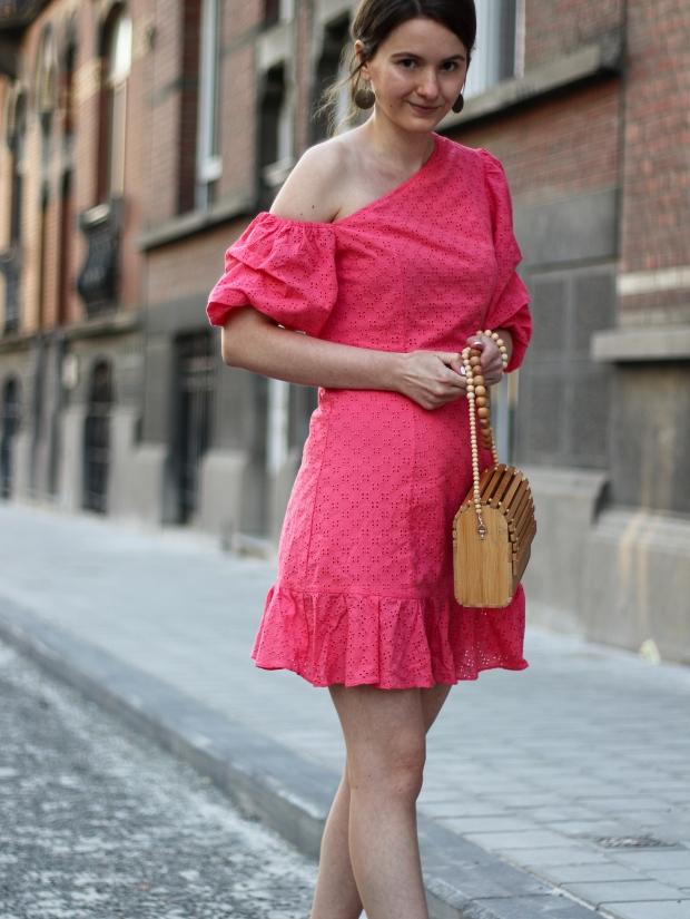 Modeblog_Outfit_Streetstyle_Brüssel_Asymetrisches pinkes Kleid, weiße Turnschuhe , Holztasche, weißer Nagellack von Opy_5