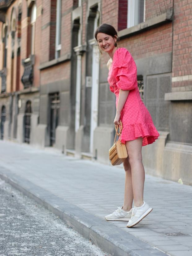 Modeblog_Outfit_Streetstyle_Brüssel_Asymetrisches pinkes Kleid, weiße Turnschuhe , Holztasche, weißer Nagellack von Opy_6